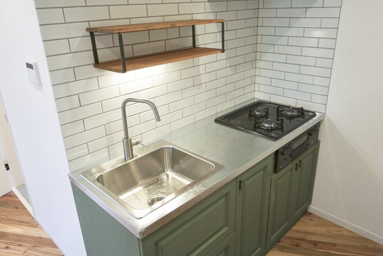 このデザインキッチン。お気に入りの器を飾って使いたい。