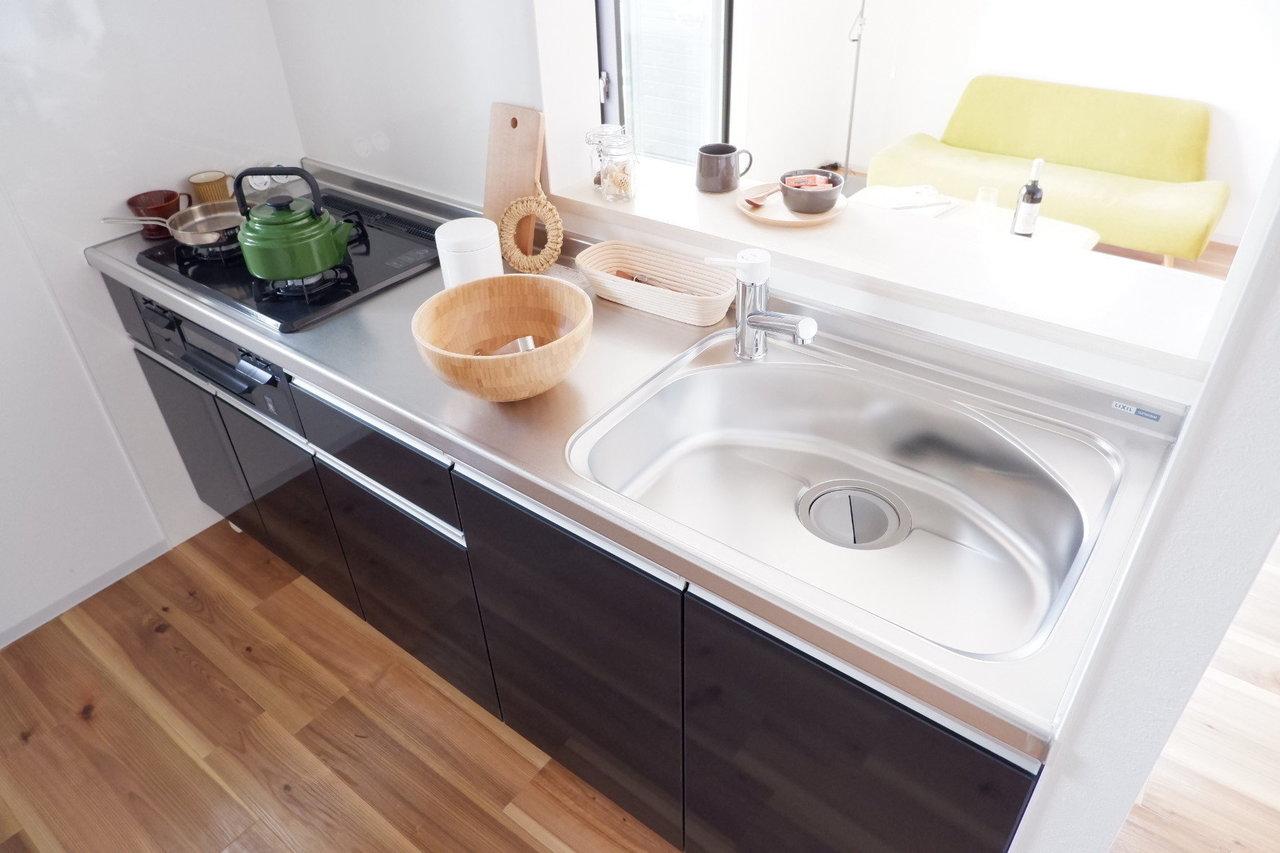 新築だから、キッチンもピカピカ。おしゃれで、しかもガス3口と機能面も十分。