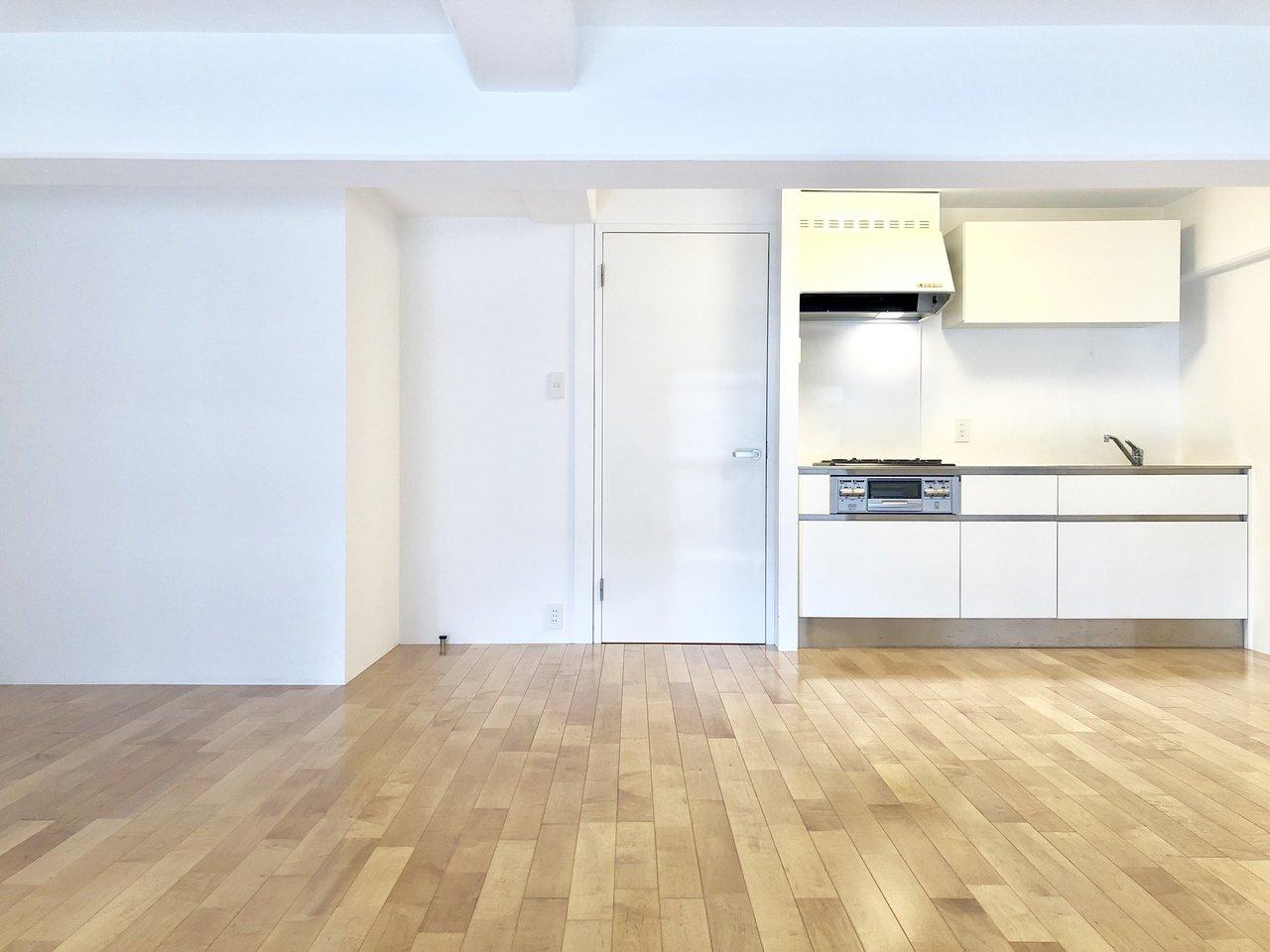 キッチンも新しいものに交換済み。シンプルなデザインが嬉しい。潔い真四角の間取りで使いやすそうです。