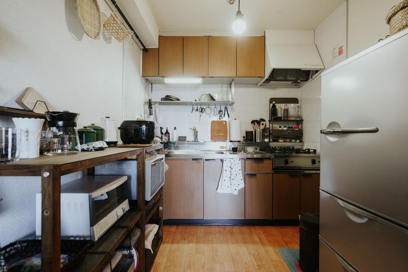 リビングの奥には、使い勝手の良さそうなキッチンが。ここでも加工した棚が活躍。