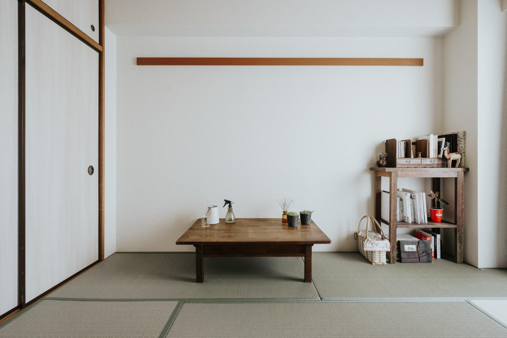 リビングの横には和室。広々の間取りを活かして、一番陽当たりの良いリビング、和室の2部屋は、最小限のもの、飾りたいものだけを厳選してゆったりと暮らしていらっしゃいます。