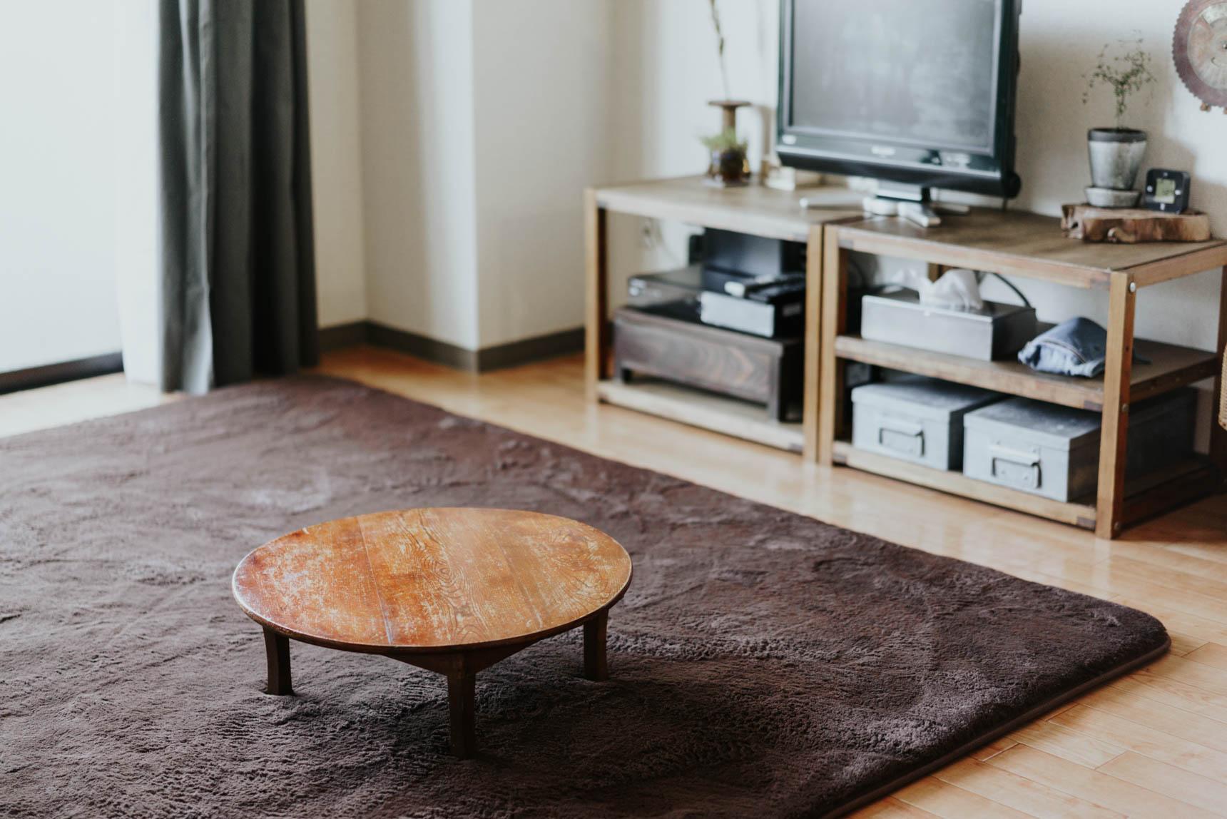 ソファやローテーブルは置かず、床座のスタイル。必要な時は、可愛らしい円形のちゃぶ台を持ち出します。