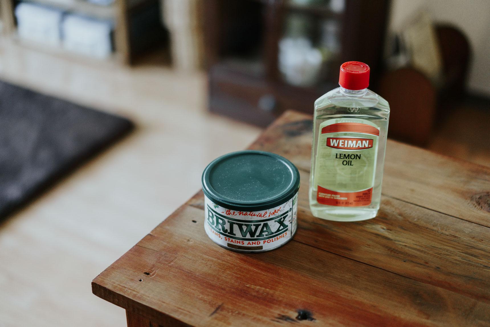 アンティークの家具に合わせた色味のブライワックスや、オイルを塗って仕上げています。「家具を磨いたり、オイルを塗ったり、メンテナンスをするのが好きなんです」とのこと。
