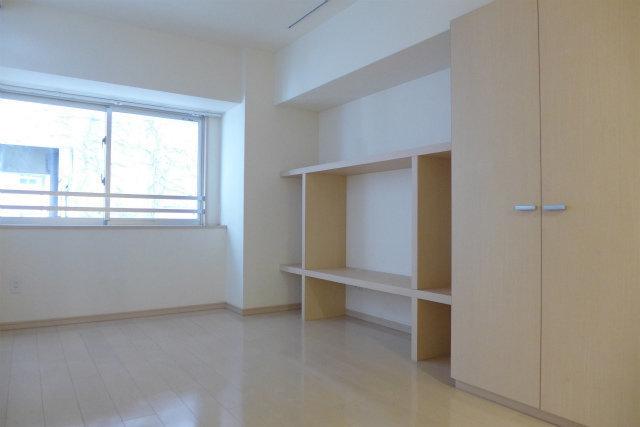 リビングには壁沿いに棚が備え付けられています。こうした棚って、自分ではなかなか買わないので、最初からあるといいかも。テレビを置いたり、周りに花を飾ったり、本や雑誌でいっぱいにしたい…。