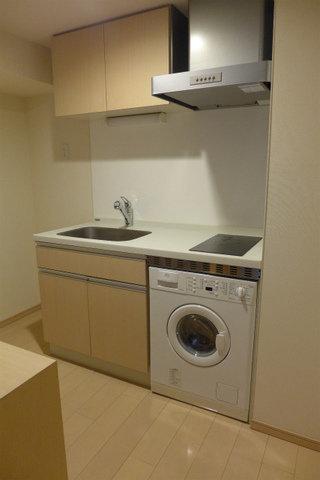 キッチンにはなんと浴室乾燥機がついています。初めての一人暮らしの方は、家具家電にいろいろとお金がかかります。こうした物件は初期費用を抑えられるので、うれしいですね。