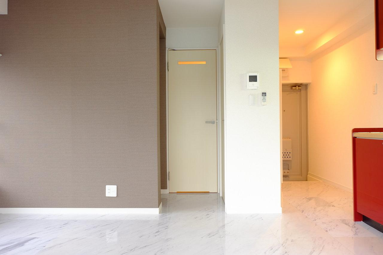 キッチンは少し明るい真っ赤なカラーを採用。その分室内はシックなブラウンの壁紙で調和がとれています。