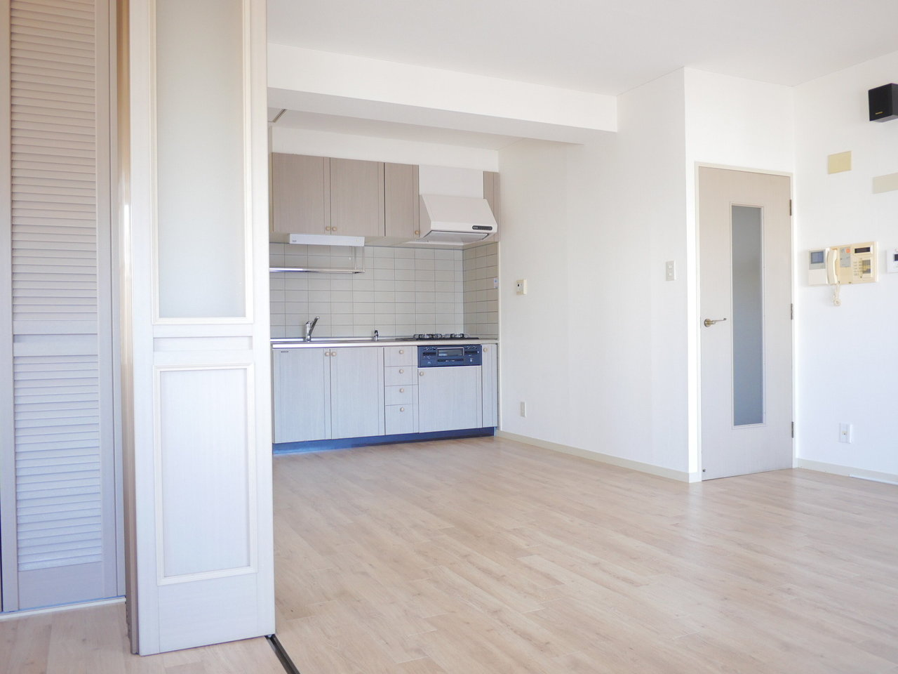 間仕切り、キッチンの扉はちょっぴりレトロなかわいいデザイン。
