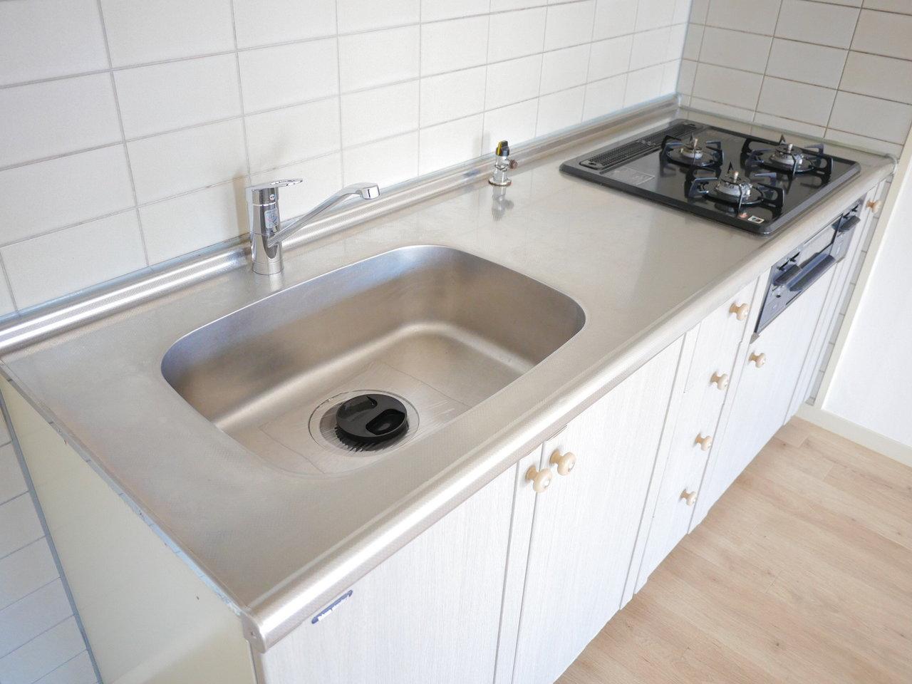 キッチンも作業スペースも十分あって、しかも3口コンロ。お料理好きの方にはうれしい設備です。