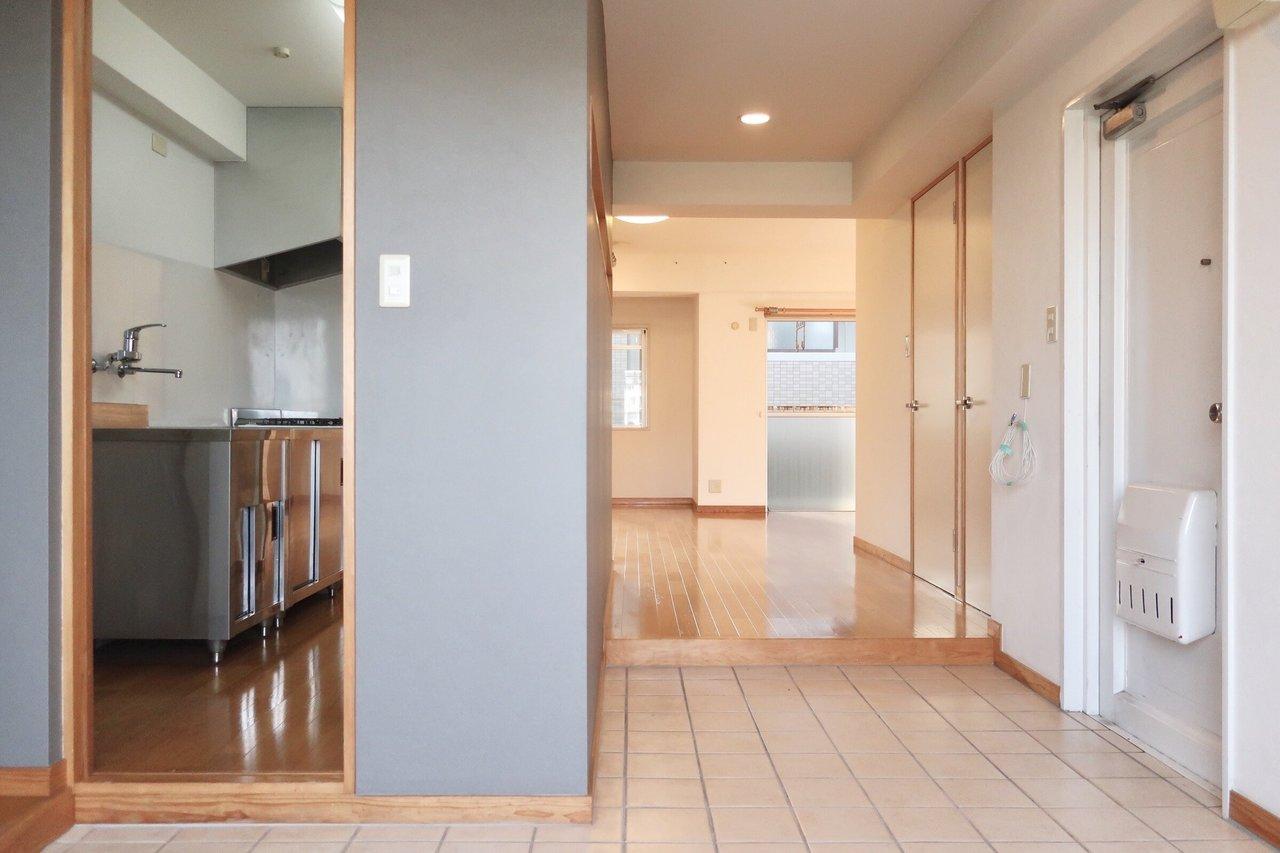 玄関から続く、かなり広いタイルの土間。そして奥には、広々のワンルームの空間。どうしてもワクワクしてしまうリノベ物件です。