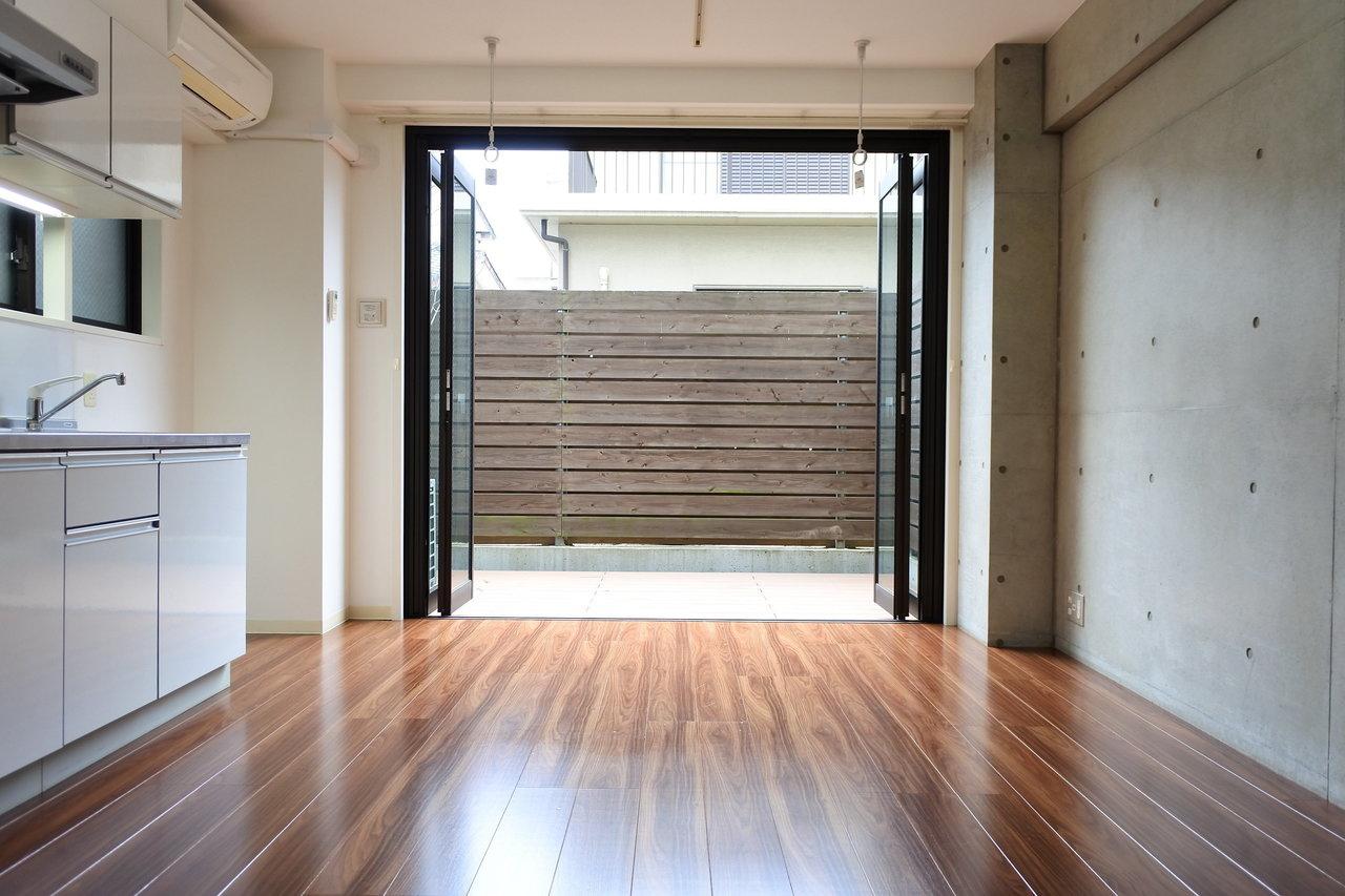 リビングから専用庭までひとつづきのこの開放感。よく考えられた空間であることがわかります。