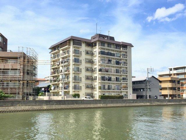 ほぼ、室見川のお隣に建つ味のあるレトロマンションです。川沿いのお散歩を習慣にするっきゃない。