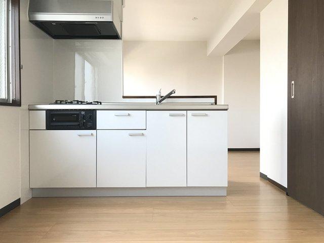 室内、綺麗にリノベされてまして、10畳LDKのこの対面キッチンがいい感じだなと思うんです。