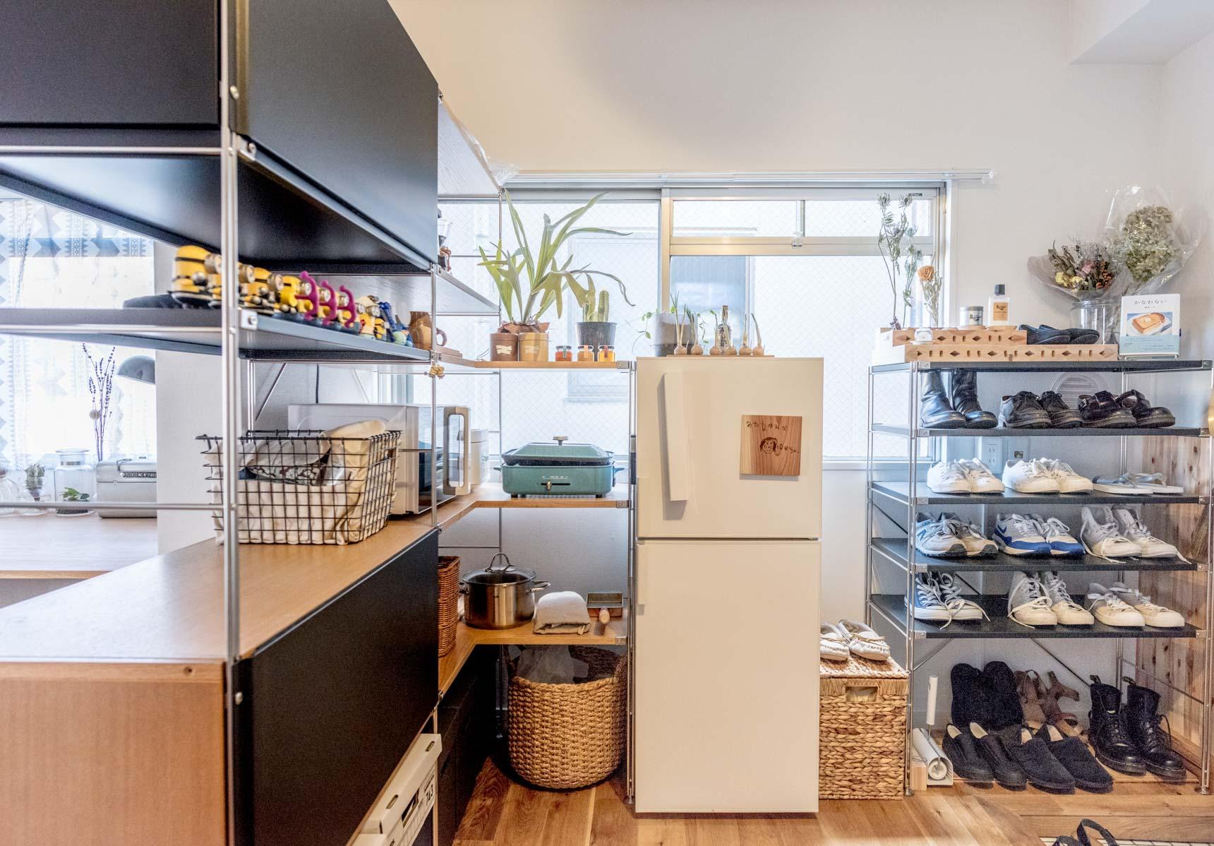 玄関には靴を、冷蔵庫の横にはキッチン用品を収納。冷蔵庫とも高さがぴったり揃っているのでとてもスッキリ見える。