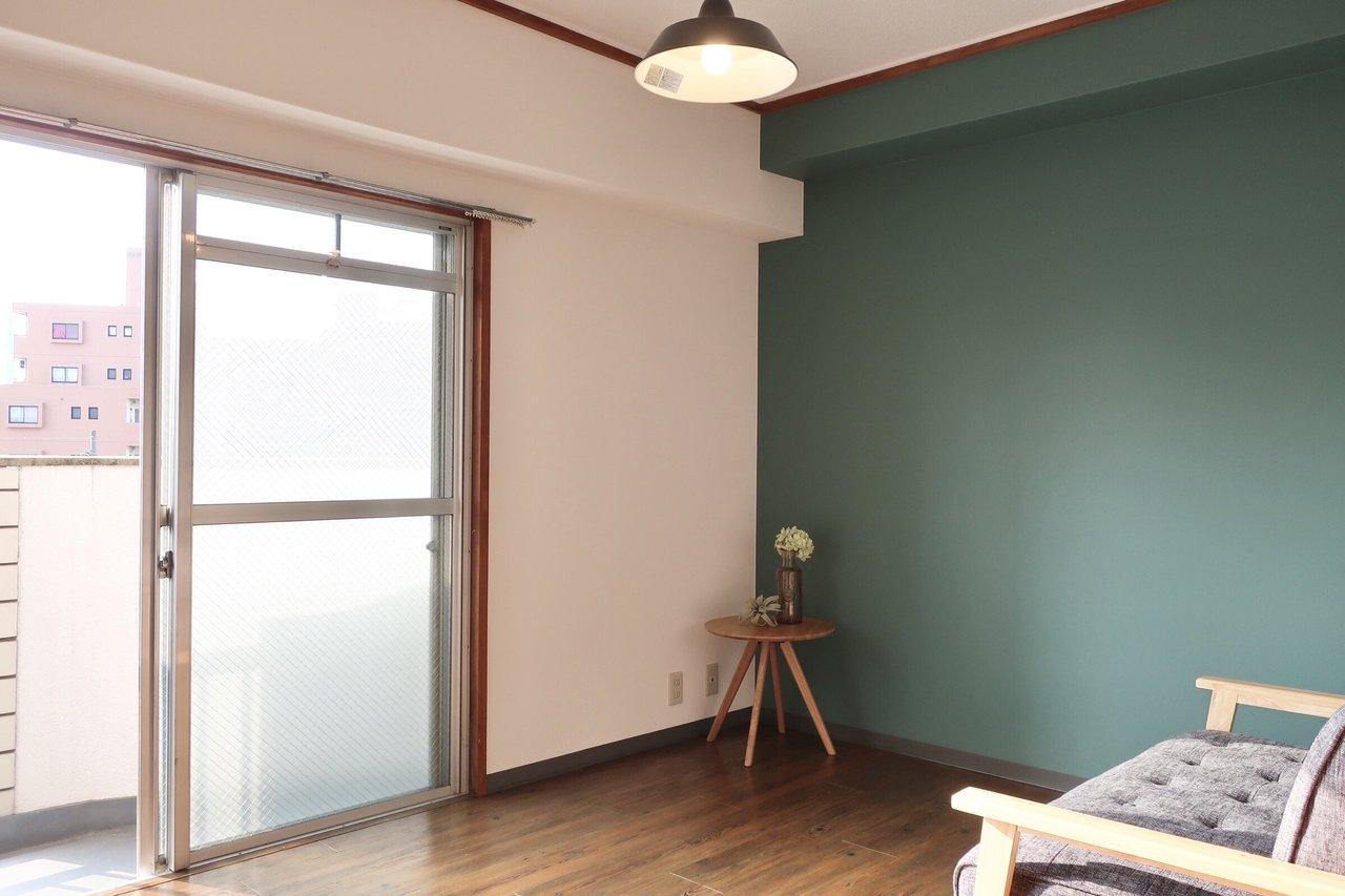 ターコイズブルーの壁と、ホーローランプが可愛い!なかなか気の利いたリノベーション1DKです