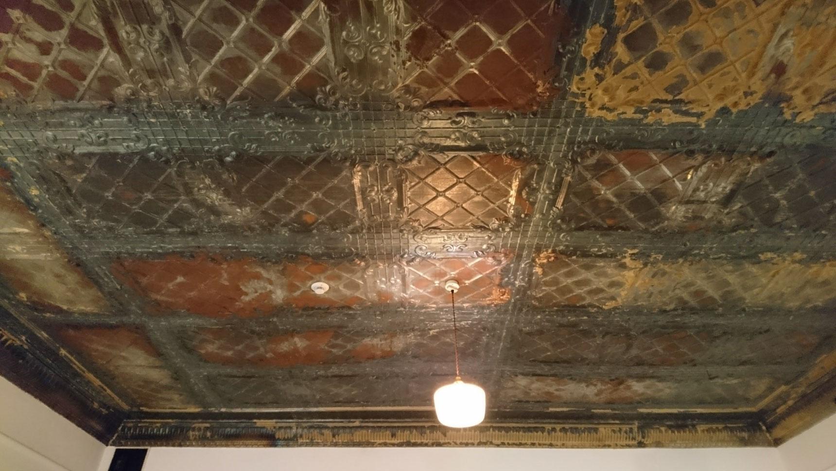 ふと見上げると、100年前の天井が、そのまま残っていました。この場所にぴったりなコンセプトのお店で、時間を忘れて隅々まで見入ってしまいました。