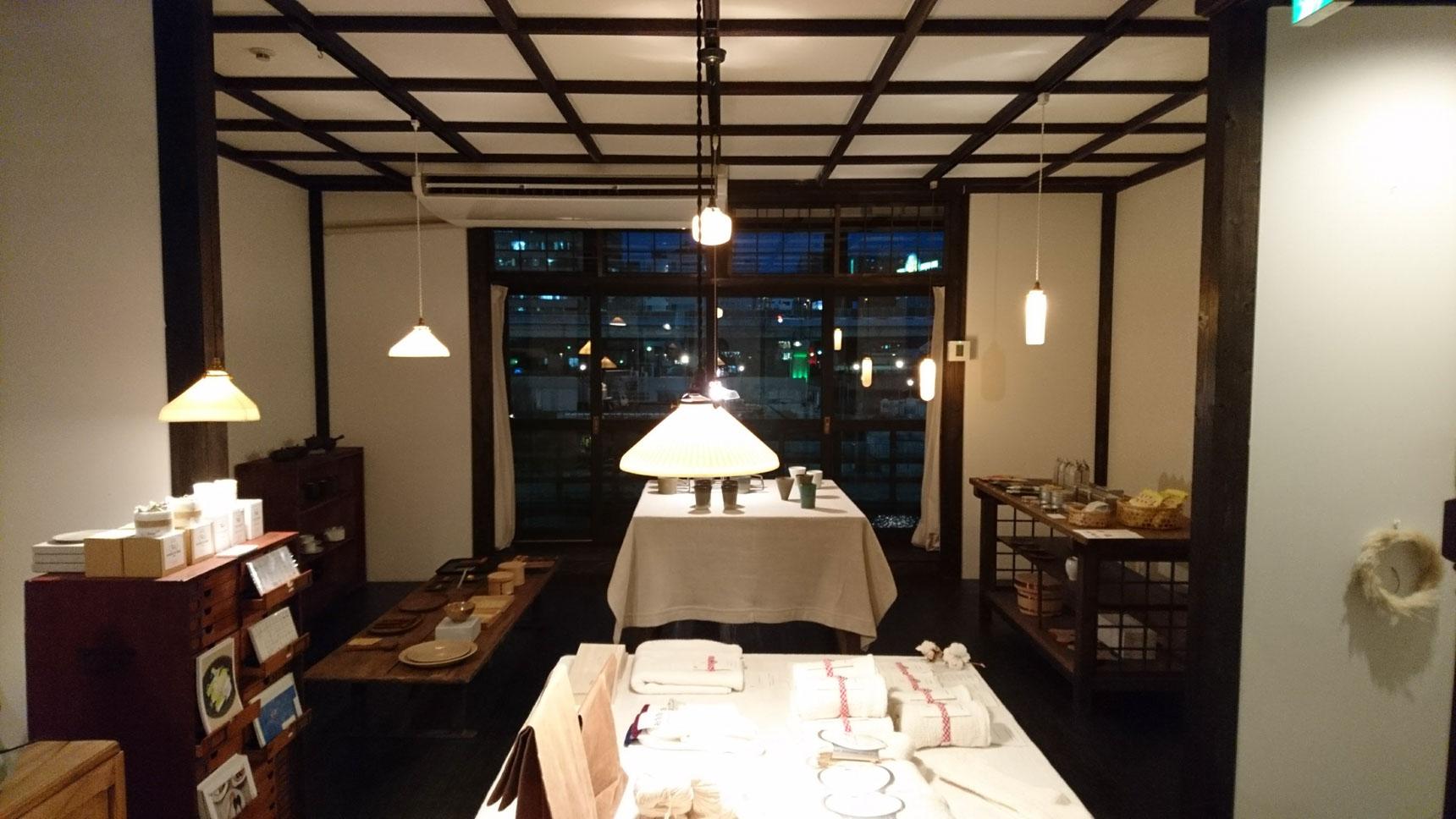 「窓に天井の模様が写って、この時間が、一番綺麗なんですよ」とスタッフの方。土佐堀川を望む、濃いブルーの窓の風景に、うっとり。