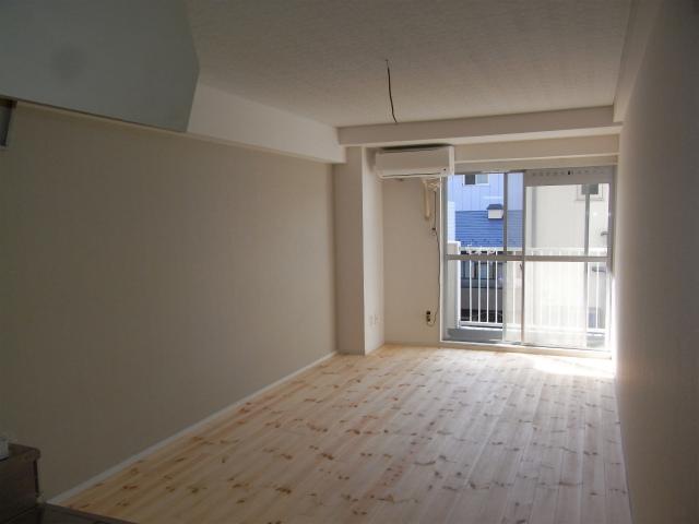 パイン材、無垢フローリングのお部屋に空きが出ました。9.5畳と広めのワンルームで使いやすそうです。