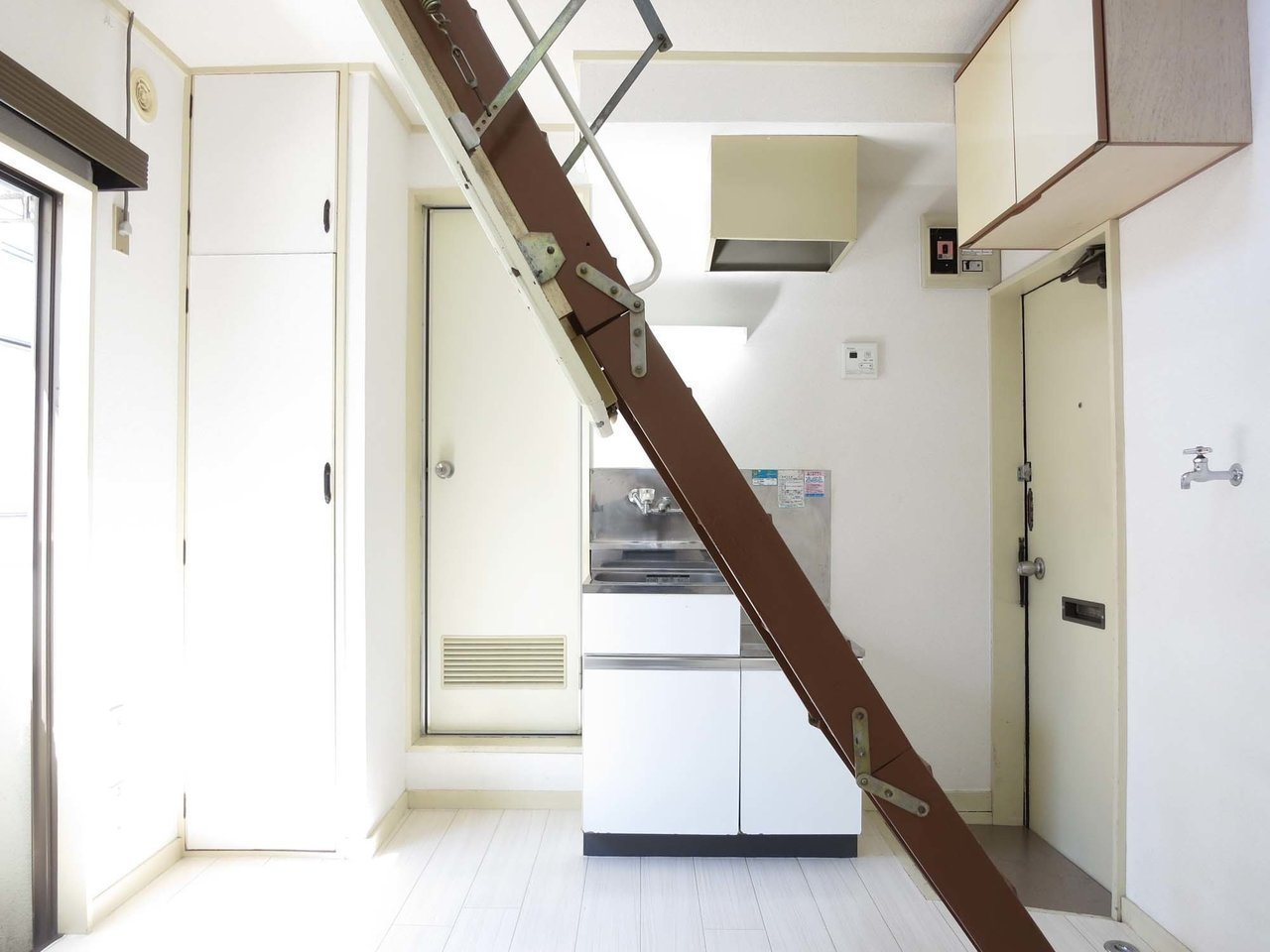 高円寺徒歩4分。一見普通のワンルームに見えるんですが、この梯子がポイントなんです。