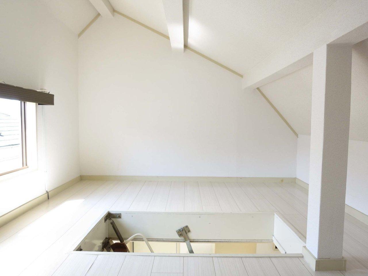 登っていくと屋根裏部屋が。ひ、広い。これ、使い方次第ではかなりお得なんでは。