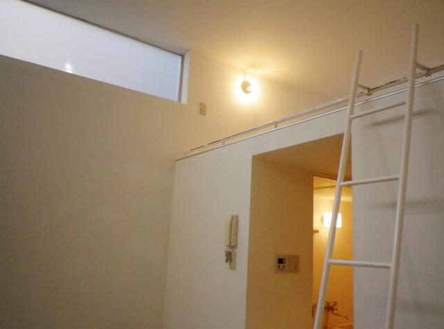 初めてのひとり暮らし。小さいけれど、ちゃんと自分の居場所、て思えるような部屋に住みたい。間接照明の可愛いロフト付きワンルームです。