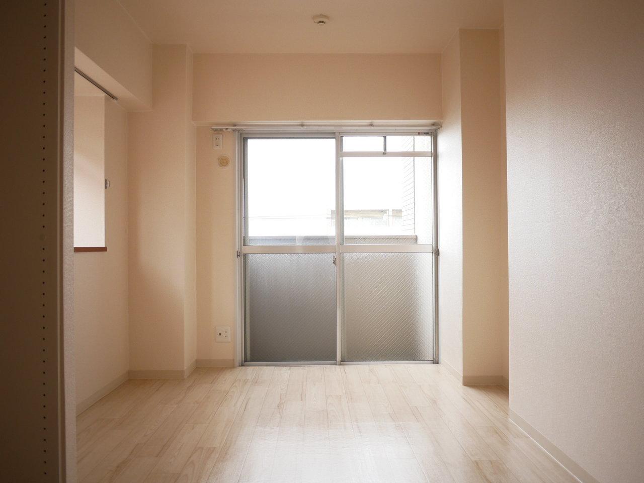 畳の部屋の奥にある扉を開けると、7畳の洋室が。部屋全体はしっかり仕切られているのに、扉を介して室内をぐるぐるとできる構造です。二人暮らしで生活時間帯が合わない方同士でも住みやすそうです。