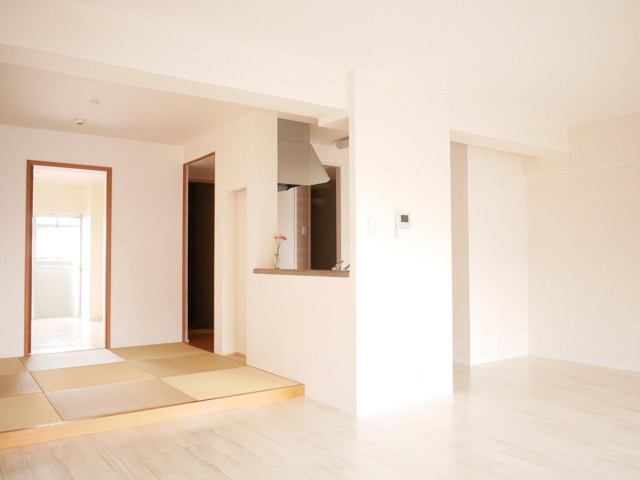 こちらのキッチンもカウンター式。畳スペースの隣になります。リビングも15畳と広々としています。のんびりできるインテリアの配置を考えたいですね。
