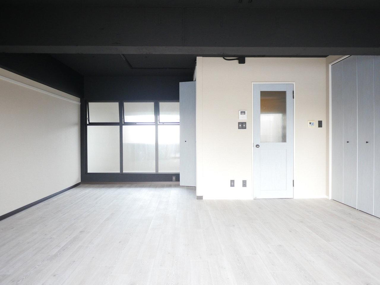 なんとリビングが21畳あり、専有面積も65㎡と、広々1LDKのこちらのお部屋。床はフロアタイルですが、木の質感がうまく表現されていて、部屋全体のおしゃれ度アップに一役買っています。扉はブルーグレーでアンティーク調のデザイン。北欧っぽくていいですね。