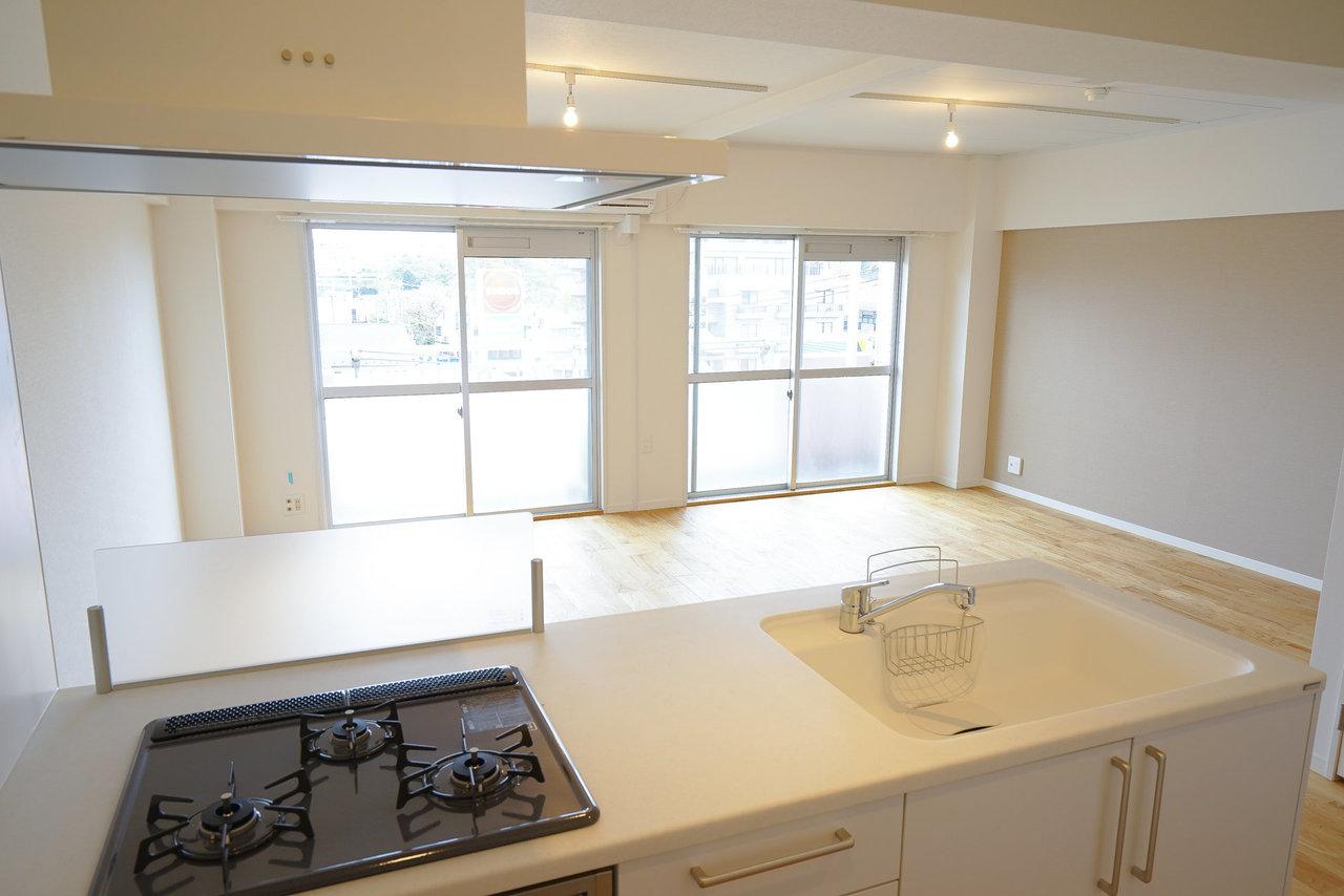 キッチンからはこの景色は圧巻。リビングをゆっくり眺めながらの料理ははかどりそうですね。コンロ前の前壁も油はねの防止などにうれしい設備です。