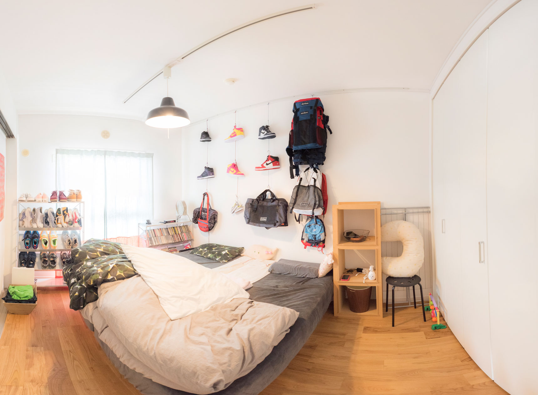 6畳の寝室に、セミシングル2台を並べたレイアウト例。ピクチャーレールを収納がわりに使う工夫で、通路を確保されています(このお部屋はこちら)