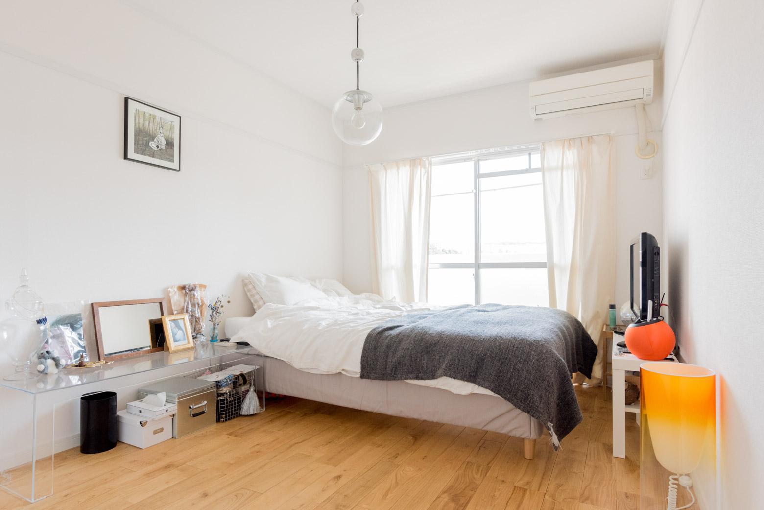 6畳にセミダブル1台だとこのぐらい。余裕が生まれるので、寝室にもテレビや、自分の好きなものを置いてリラックス空間にできます。(このお部屋はこちら)