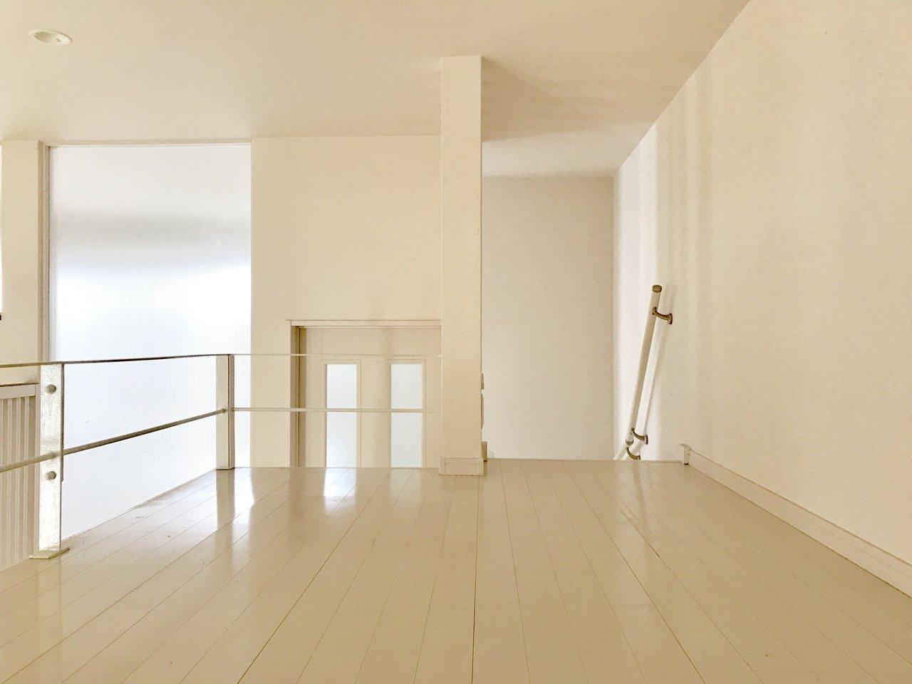 階段を上ると、広いベッドルーム。寝る場所、食べる場所をしっかり分けられる間取りは一人暮らしにもおすすめです。