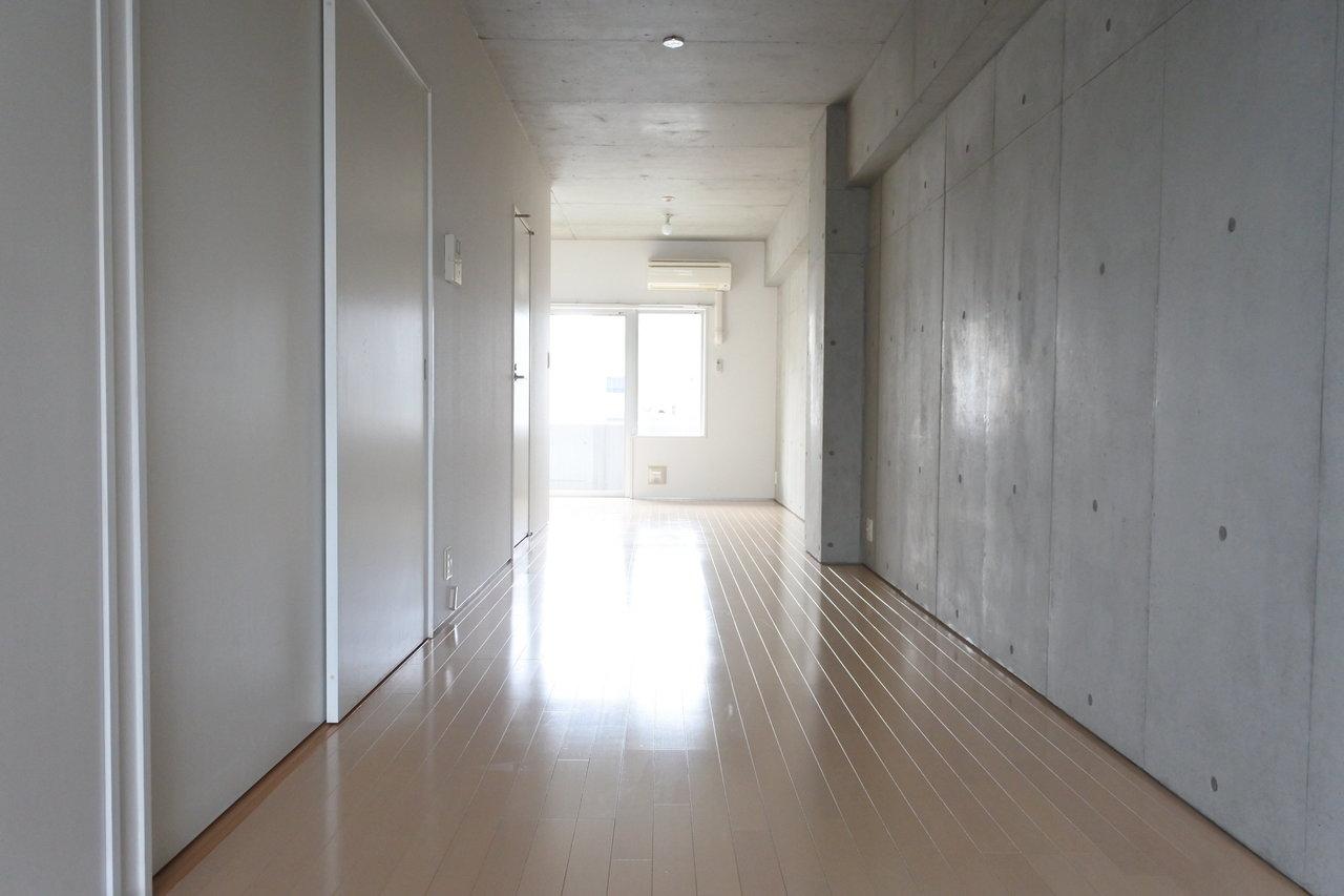縦に長いワンルーム。コンクリート打ちっ放しの壁と天井がクールです。