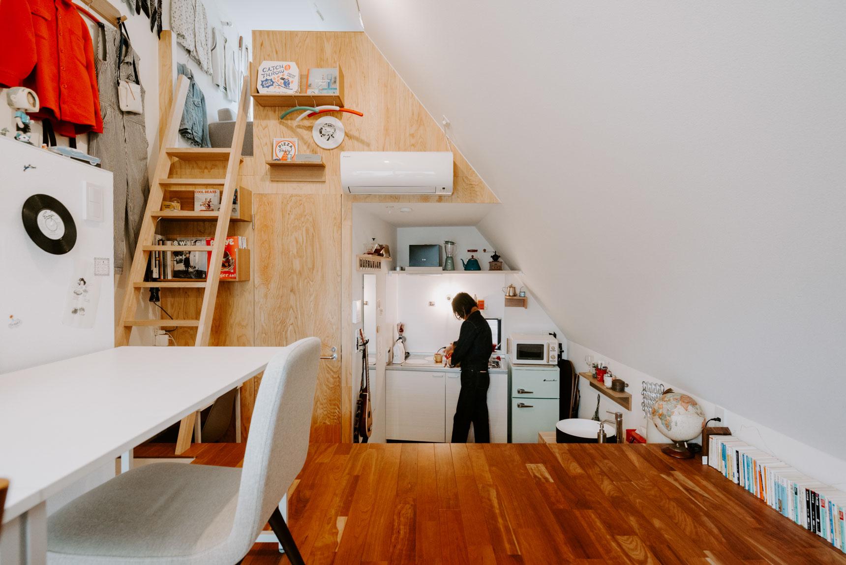 仕事場のスペースから、キッチンやサニタリーは少し段差のある奥まったスペースにあります。