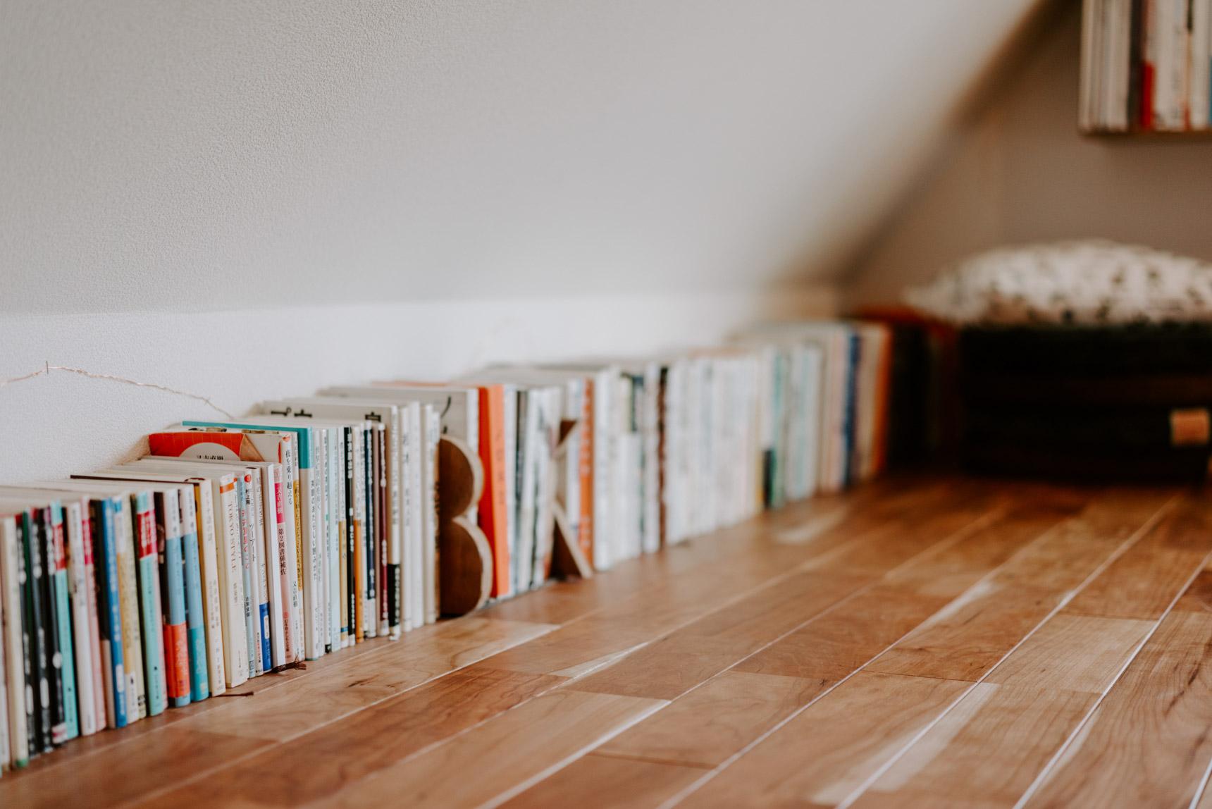 「本はいくらでも買っていい」がマイルール。仕舞い込むのではなくこうやって並べて、インテリアの一部にしています。