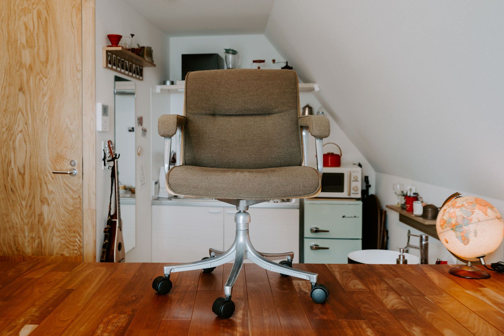 1日の半分以上はここに座って仕事しているほどお気に入りの椅子は、リサイクルショップで手に入れたもの。