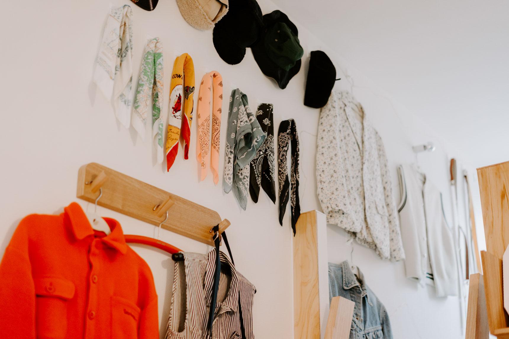 服や帽子、バンダナのコレクションも、ひとつひとつフックを取り付けて、飾ります。