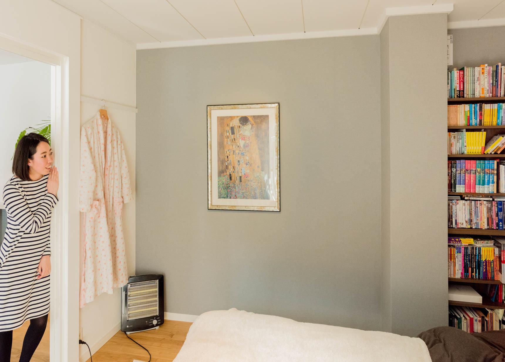 壁には鈴木さんのお気に入り、クリムトの絵がかけられている。アクセントクロスの色が選べる部屋だったので、この絵に合わせて選んだ。そういう選びかたって素敵だ。
