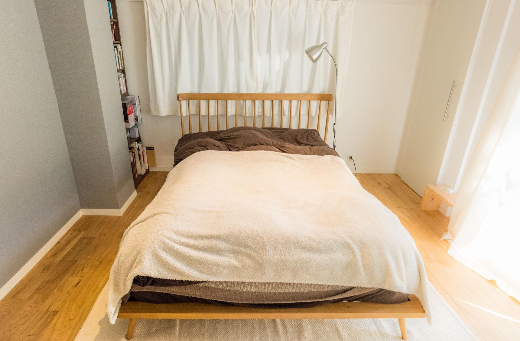 ベッドルームもすっきり。ちょうど柱のかげになる場所にぴったり収まるように本棚を配置している。