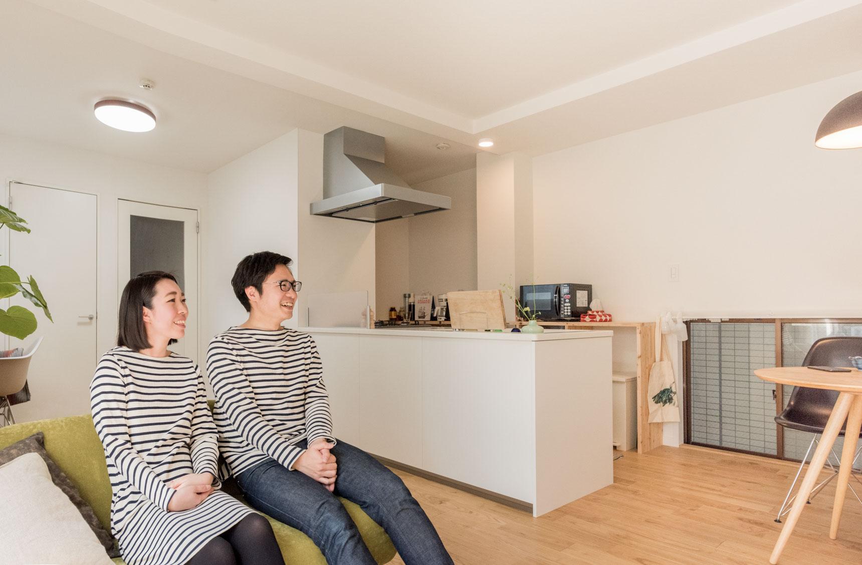 ソファに座ると、キッチンの後ろにある棚は見えない。すっきりとあえて何も飾らない白い壁が見え、部屋がすっきりと広く感じる。