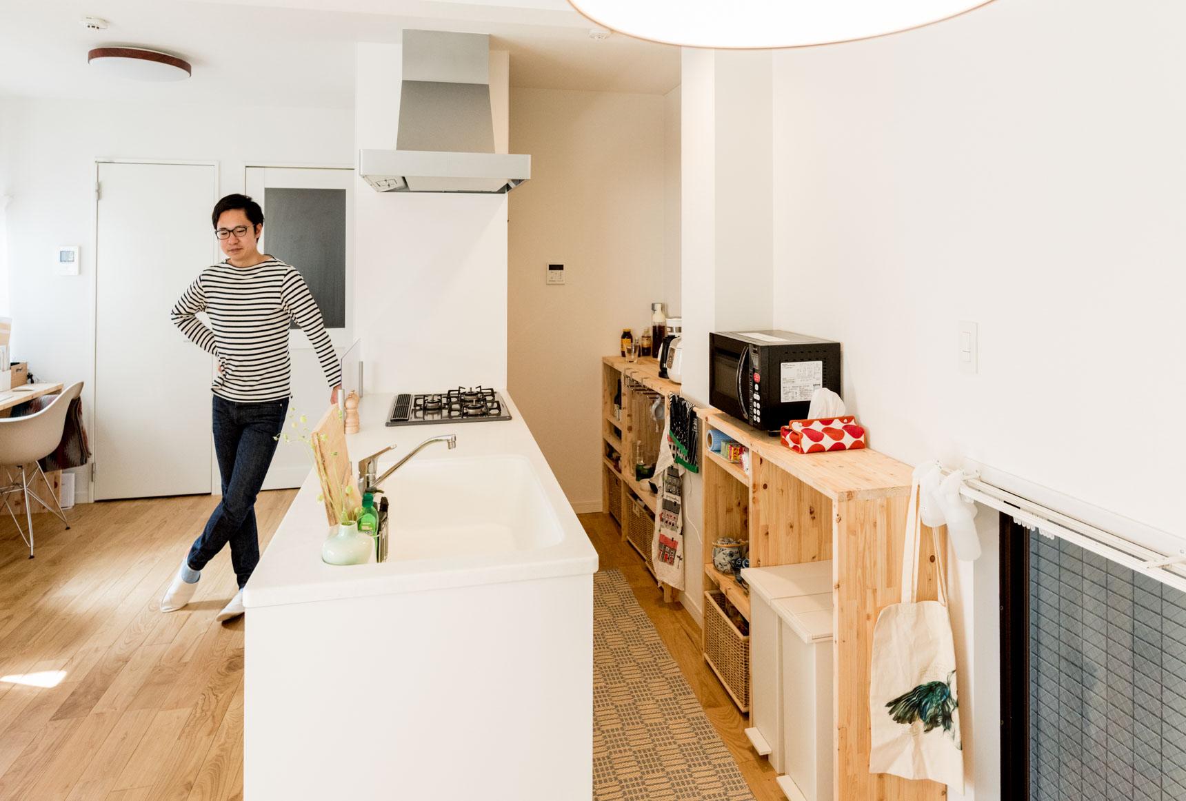 背の低いキッチンの棚は自作。手持ちのモノに合わせて作られているので、無駄がない。