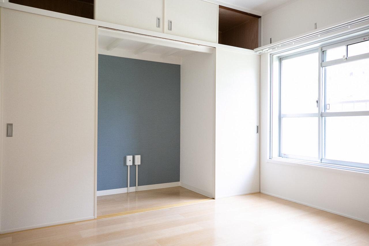 アクセントのブルーの壁紙が可愛いテレビ台スペースは、もともとは押入れがあったところ。左右に便利な収納も残しました。