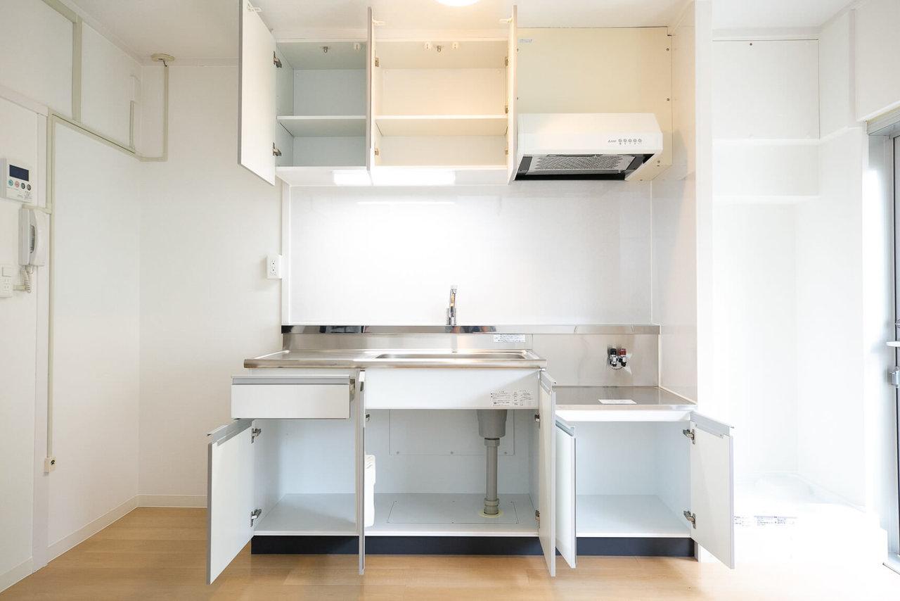 キッチンは収納込みでこんなに広々! 殺風景に見えてしまいがちなキッチンの蛍光灯は、直接見えない位置に配置されています。団地の良さは残しつつ、気になるところには細かい気配りが感じられる物件です。