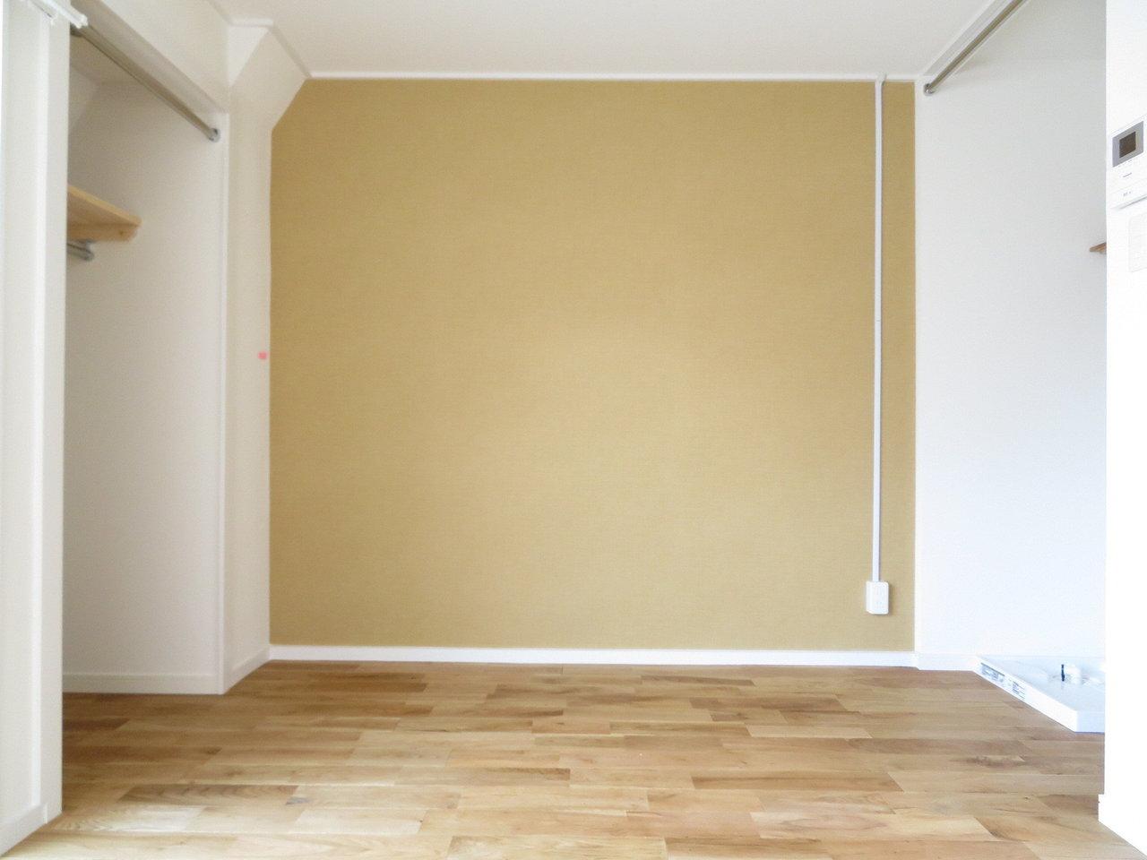 床はオーク材、壁紙も落ち着いたからし色をチョイス。全体的にシックな印象に仕上がっています。