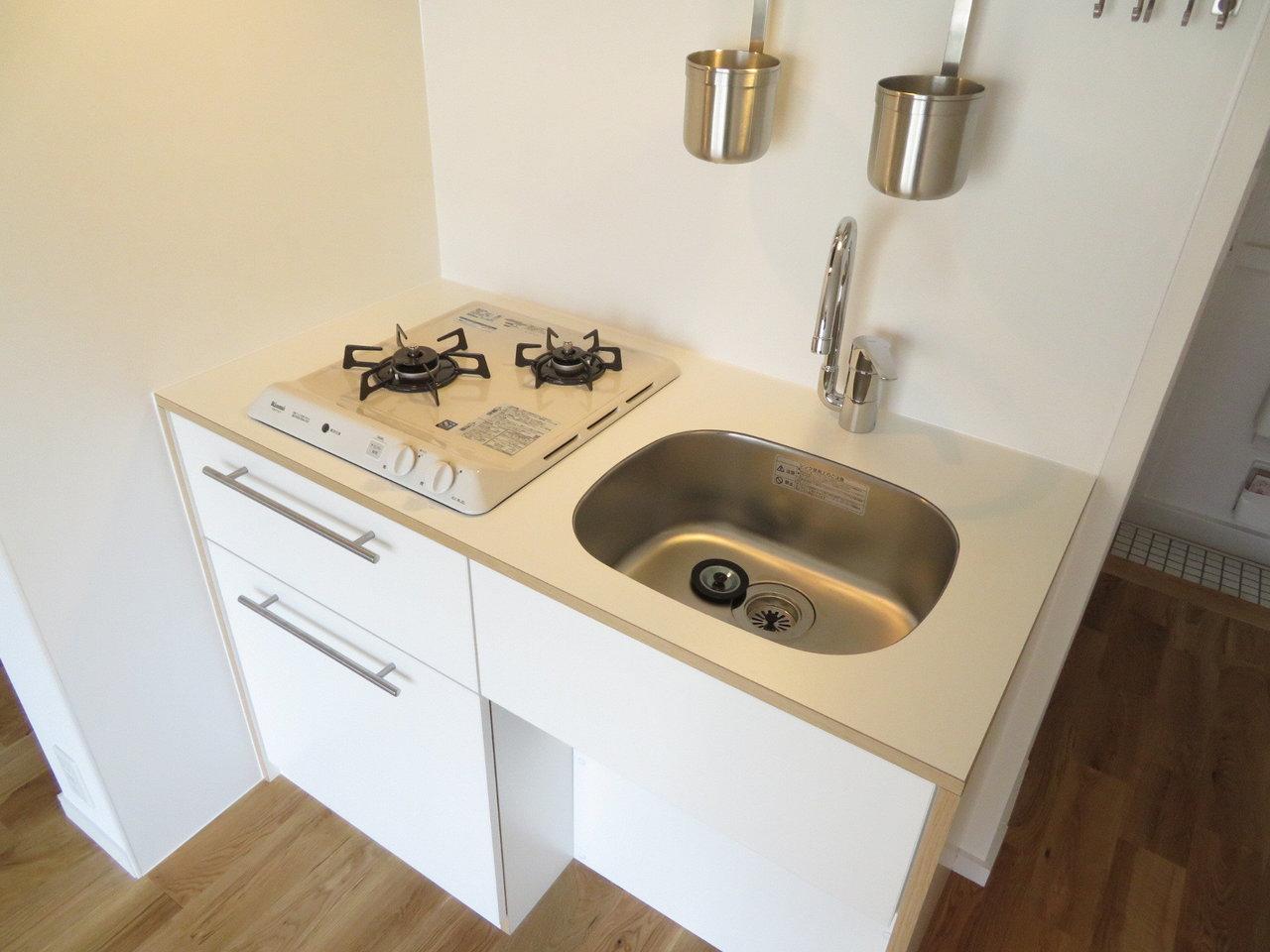 水回りの設備もフル交換しているので古さは感じません。作業スペースはないので自分でDIYして作ってみても楽しいかも。2口コンロがあるのは、料理の作業効率を考えると嬉しい設備です。
