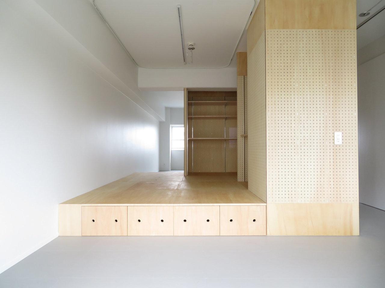 部屋の真ん中に「シマ」があります。有孔ボードやベニヤで作られた小上がりのようなスペースで、使い方は住む人次第。家族だんらんスペースにしてもよし、寝室にしてもよし。壁は物入を想定しています。