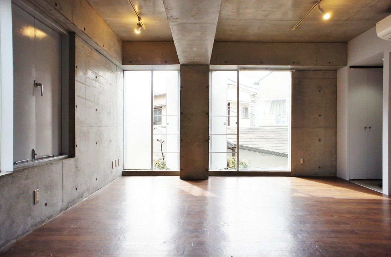 窓が大きく、天井が高いからでしょうか。ちょっと広く見えるデザイナーズワンルーム。