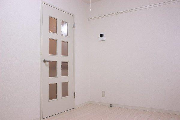 ドアや窓まで白で統一されているので、意外とインテリアが決まりやすいお部屋なのではと思うんです