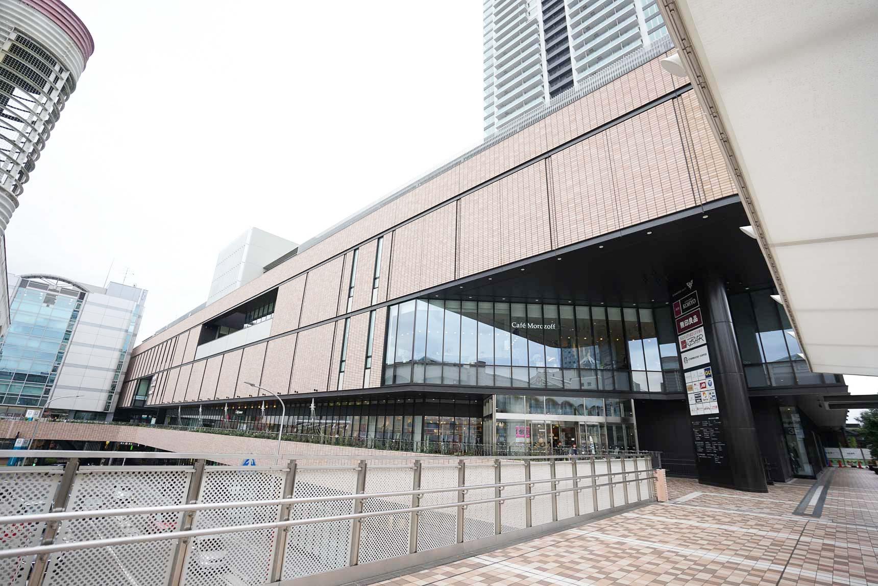 駅の西側にはイオンや無印良品が入る「SENRITOよみうり」が2015年にオープン。東側の商業施設も近く再開発が予定されています。