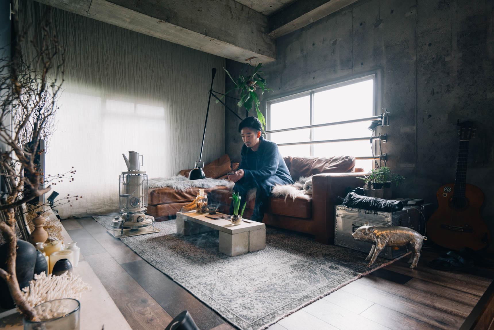 印象的な革のソファはクラッシュゲートのもの。カーテンは窓の大きさに合わせず、あえて天井から布を吊るし、空間に広がりを持たせています。