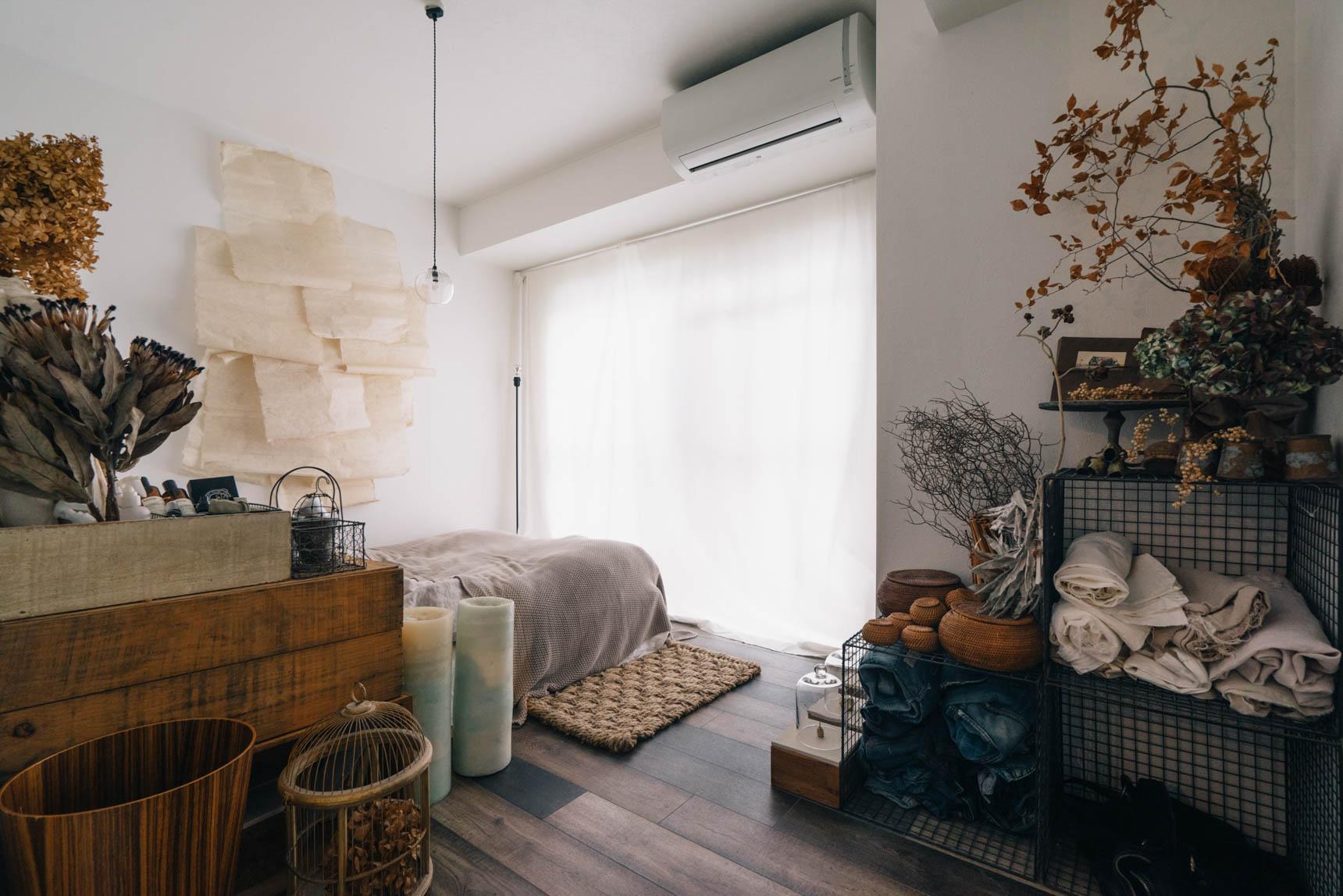 少し雰囲気の違うベッドルーム。壁に貼ってあるのは、これも「素材感」を意識した、和紙。
